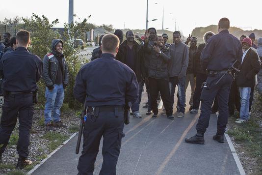 4559334_6_530c_face-a-face-entre-migrants-et-forces-de_0805d6eb66ce43e24a394005d22f2c7d.jpg